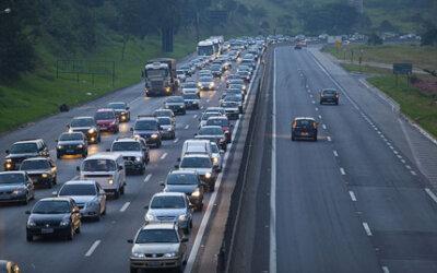 Compartilhar o carro, atitude que ajuda a reduzir tráfego e poluição