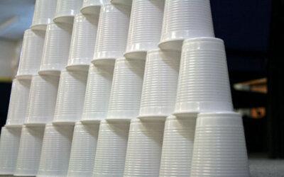França vai banir copos, pratos e talheres de plástico descartável a partir de 2020