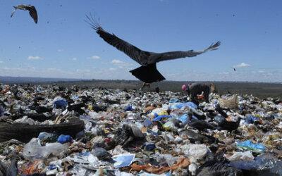 O lixo ainda a passos lentos